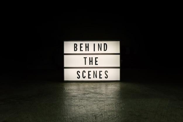A caixa de luz de cinema em conteúdo de filme de tom escuro.