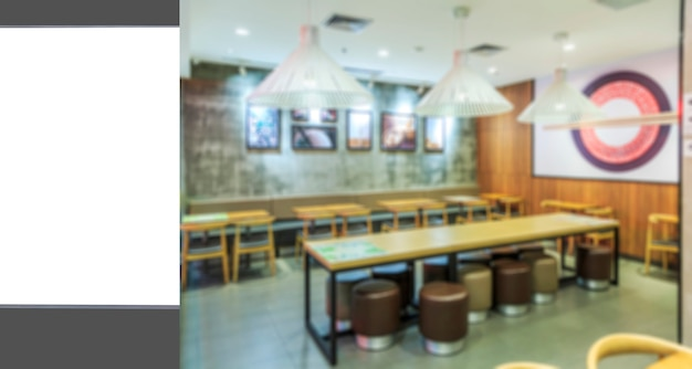 A caixa de luz do anúncio e a vaga vista interior do restaurante