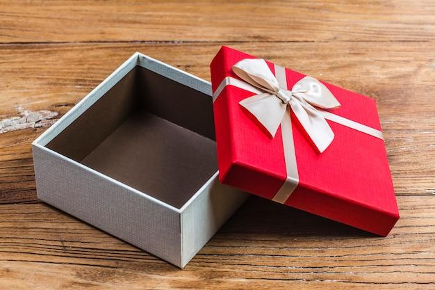 0fce23b8a A caixa de presente amarrou uma fita vermelha com pequenos corações  vermelhos impressos sobre ela.