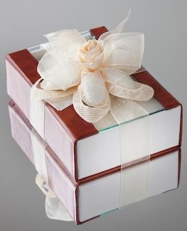 A caixa de presente com uma capa marrom