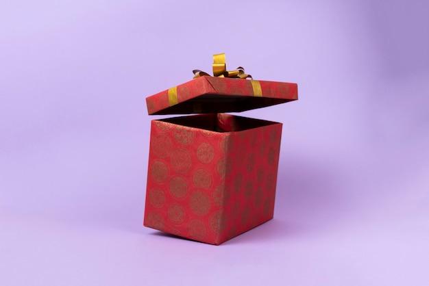 A caixa de presente de presente abstrato flutua no ar para o feriado