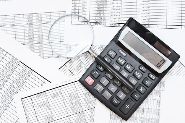 A calculadora e a lupa em documentos.