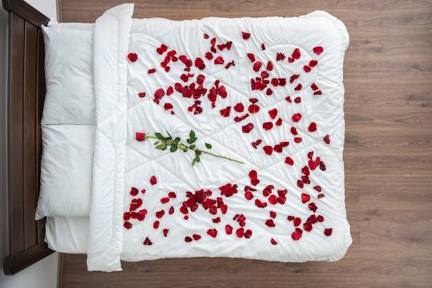 A cama com pétalas de rosa. vista de cima