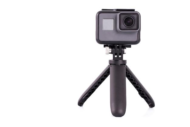 A câmera de ação no tripé isolado no fundo branco