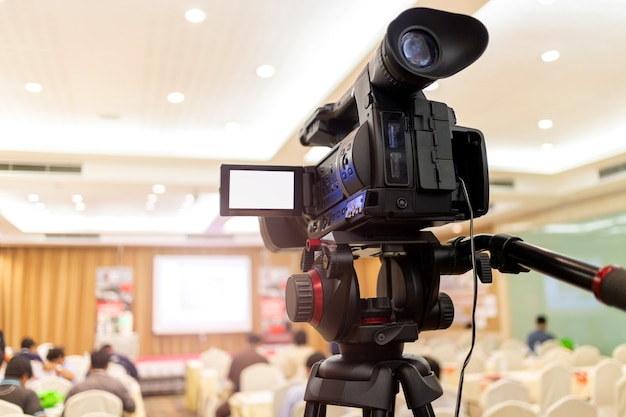 A câmera de vídeo bateu recorde de audiência em evento de seminário em sala de conferências. reunião da empresa, centro de convenções de exposição, anúncio corporativo, orador público, indústria do jornalismo