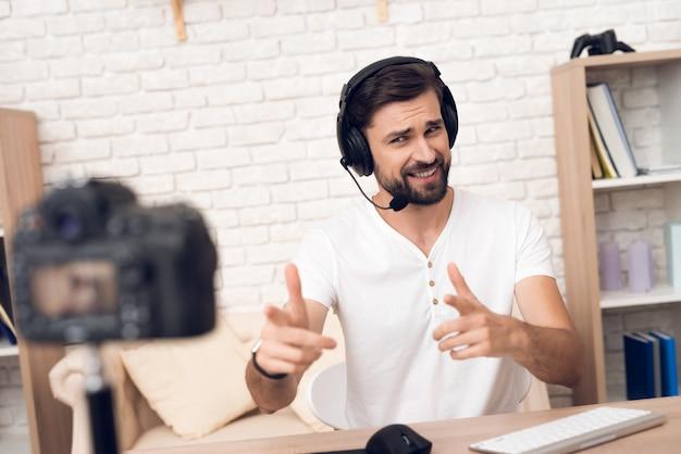 A câmera dispara em podcaster do homem que levanta para o podcast de rádio.