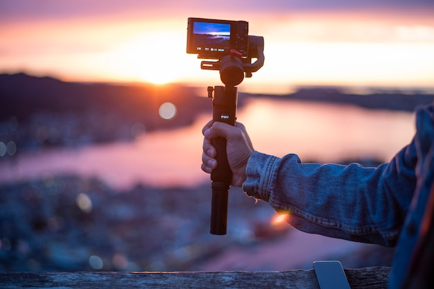 A câmera no estabilizador está gravando uma bela vista no crepúsculo