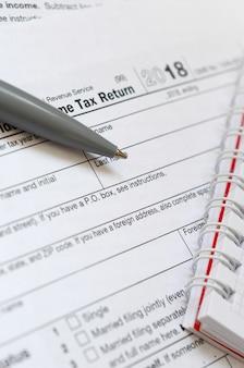 A caneta e caderno é mentiras na forma de imposto eua individual
