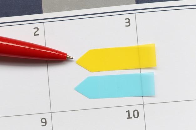 A caneta vermelha apontou para o calendário vazio do terceiro dia e tem espaço para cópia.