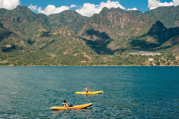 A canoagem na guatemala no lago atitlan é uma atividade popular entre os turistas