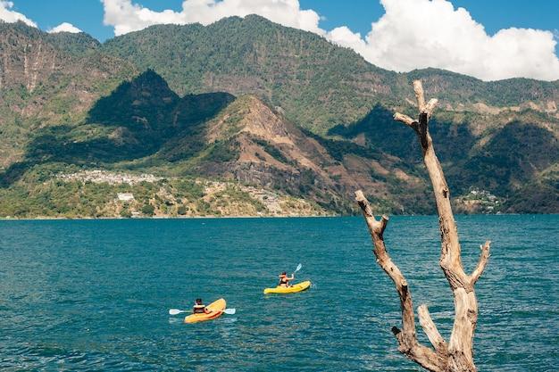 A canoagem na guatemala no lago atitlan é uma atividade popular entre os turistas Foto Premium