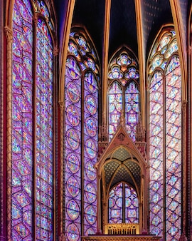 A capela real de estilo gótico de sainte-chapelle com janelas de joias em paris, frança