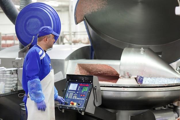 A carne no moedor. a indústria de carne.