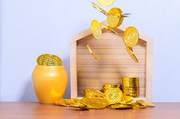 A casa conceito da etapa da pilha de dinheiro economizando dinheiro