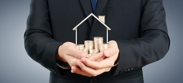 A casa crescente das moedas na pilha inventa à disposição. conceito de investimento propert