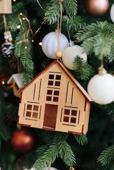 A casa de madeira para decoração de árvore de natal