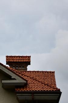 A casa está equipada com telhados de cerâmica de alta qualidade.