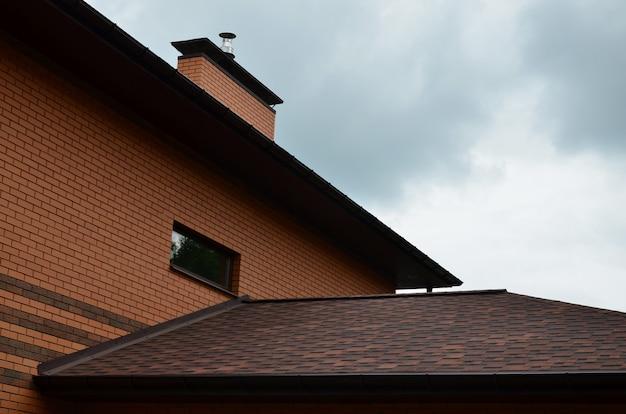 A casa está equipada com telhados de telhas de alta qualidade
