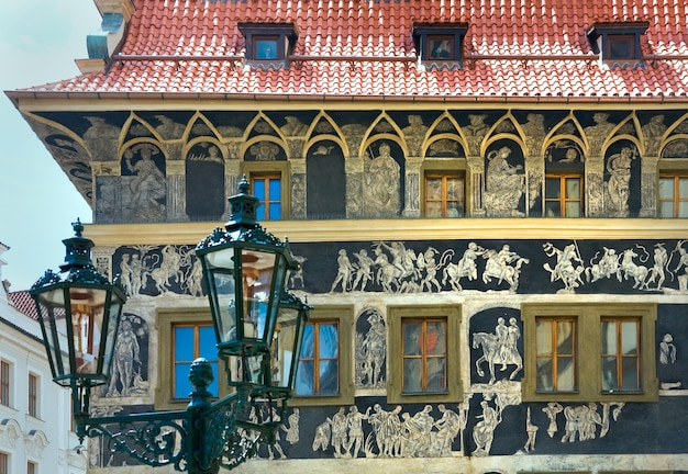 A casa - no momento com sgraffito art, praça da cidade velha, praga, república tcheca (foi construída no início do século 15)