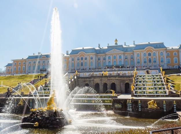 A cascata grande e a fonte de samson no palácio real de peterhof.