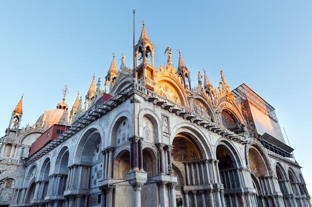 A catedral basílica patriarcal de são marcos. veneza, itália. prédio em 828, arquiteto domenico i contarini.
