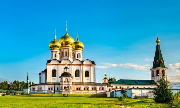 A catedral da dormição do mosteiro iversky em valdai - oblast de novgorod, rússia