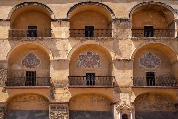 A catedral da mesquita em córdoba, espanha. vista de fachada de parede exterior.
