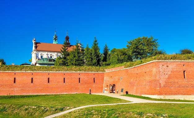 A catedral da ressurreição e as muralhas da cidade em zamosc, polônia