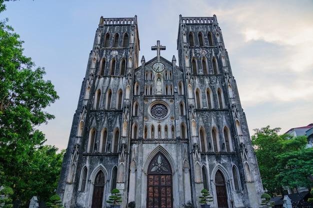 A catedral de são josé é uma antiga igreja no vietnã. é uma igreja de estilo neogótico do renascimento gótico do final do século xix, que serve como a catedral da arquidiocese católica romana na old quarter city.