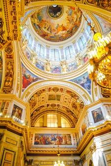 A catedral do isaac recebeu visitantes após a restauração de muitos exposições.