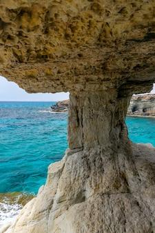 A caverna pitoresca incomum está localizada na costa do mediterrâneo.