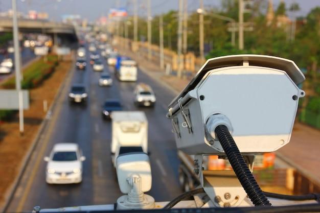 A cctv de tráfego está trabalhando para transferir informações para o controle de tráfego na rodovia