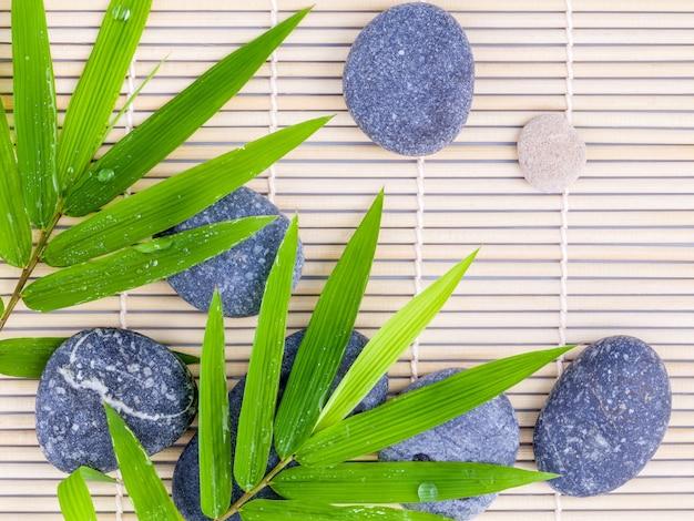 A cena do tratamento dos termas das pedras no fundo de bambu.