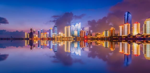A cena noturna da moderna paisagem arquitetônica urbana em qingdao, china
