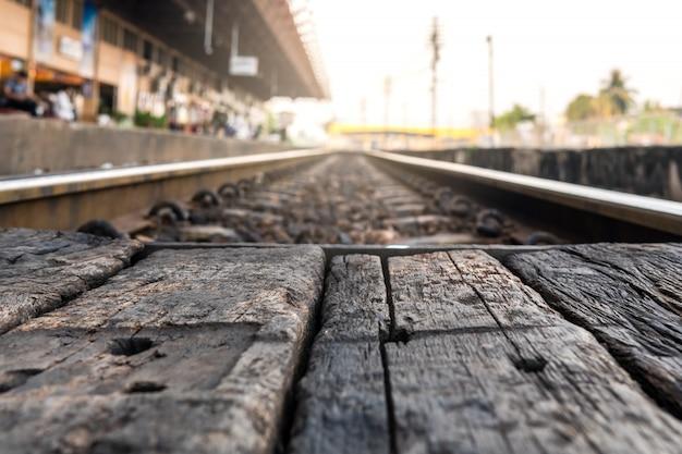 A cena serve como uma folha de madeira marrom antiga. e o fundo das faixas.