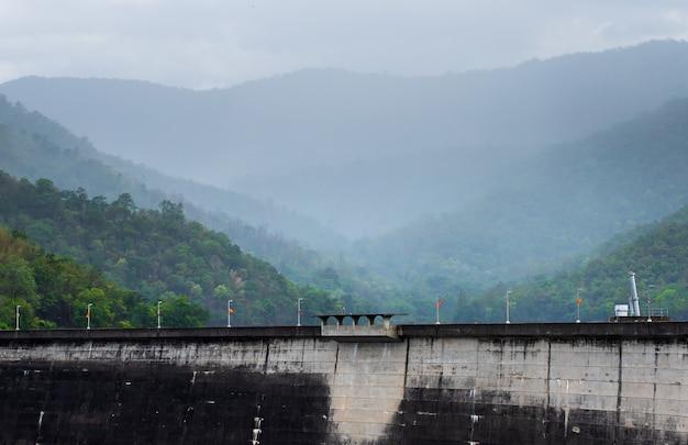 A central elétrica na represa de bhumibol em tailândia.