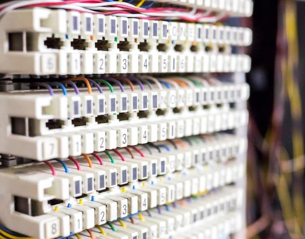 A central telefônica e o cabo instalaram cada painel de linha e slot de porta