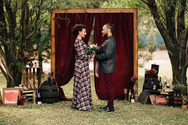 A cerimônia de casamento de um lindo casal na floresta.