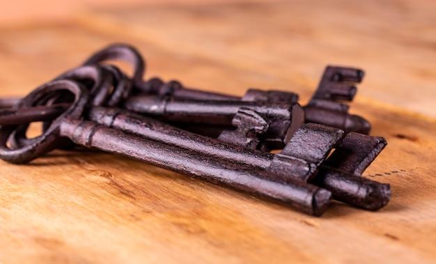 A chave antiga no fundo de madeira