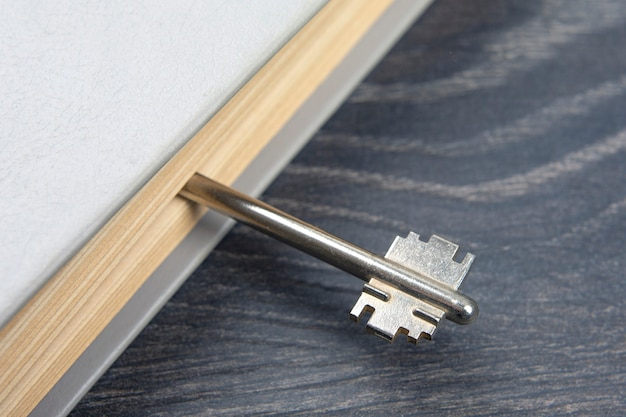 A chave está em um livro fechado. metáfora para descobrir a sabedoria através do estudo da literatura