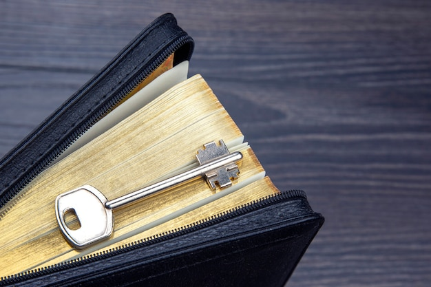 A chave está no livro da bíblia. metáfora para descobrir sabedoria por meio do estudo da literatura religiosa