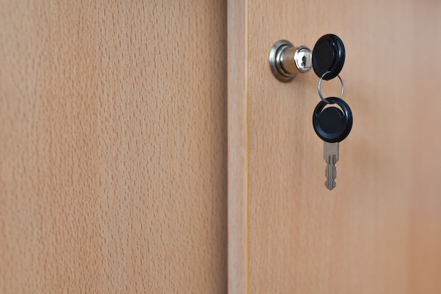 A chave na fechadura no gabinete do escritório