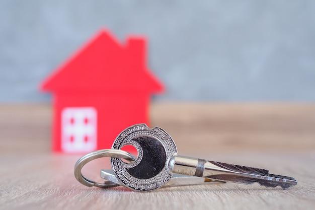 A chave para entrar na casa deve ser colocada no piso de madeira da casa. a imagem é usada para vendedores e compradores de imóveis.