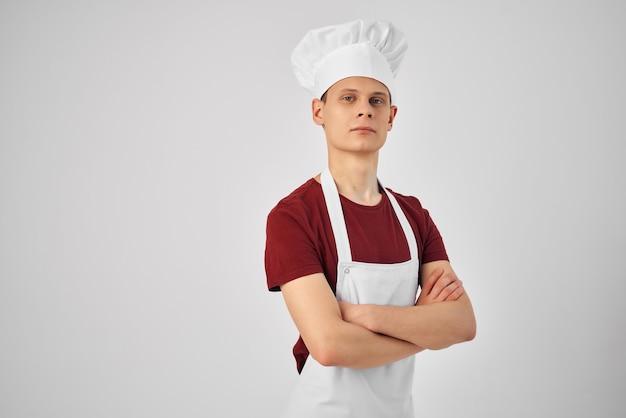 A chef de avental branco cruzou as mãos diante de seus profissionais de autoconfiança. foto de alta qualidade