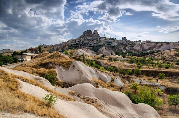 A cidade antiga e um castelo de uchisar cavaram do montanhas, cappadocia, turquia