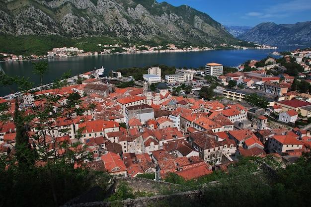 A cidade antiga kotor na costa do adriático, montenegro