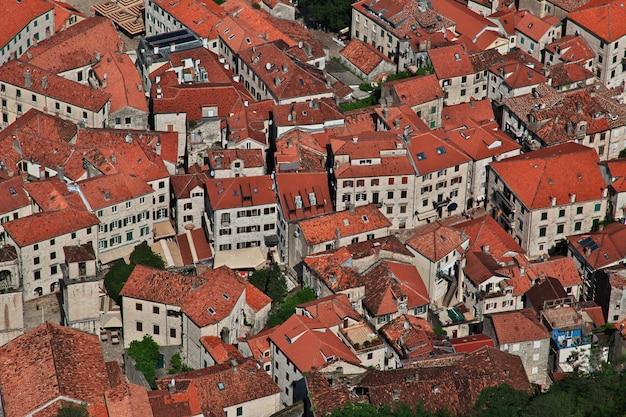 A cidade antiga kotor, na costa do adriático