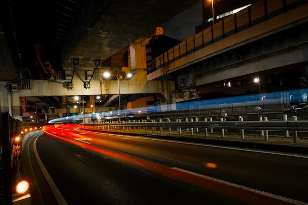 A cidade brilha nas ruas à noite