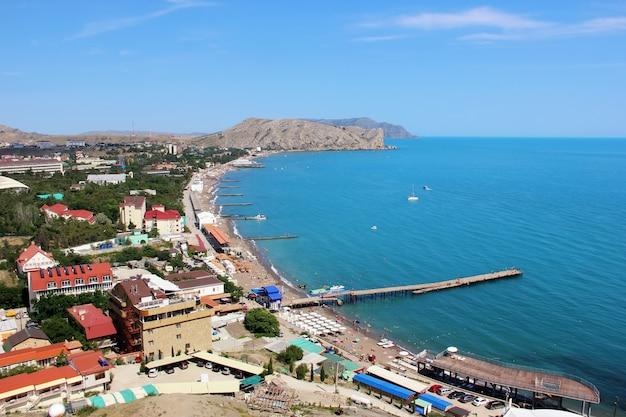 A cidade da praia de sudak em crimeia, a vista da parte superior da montanha em um dia ensolarado.