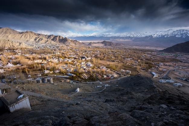 A cidade de leh, capital de ladakh, localizada no norte da índia